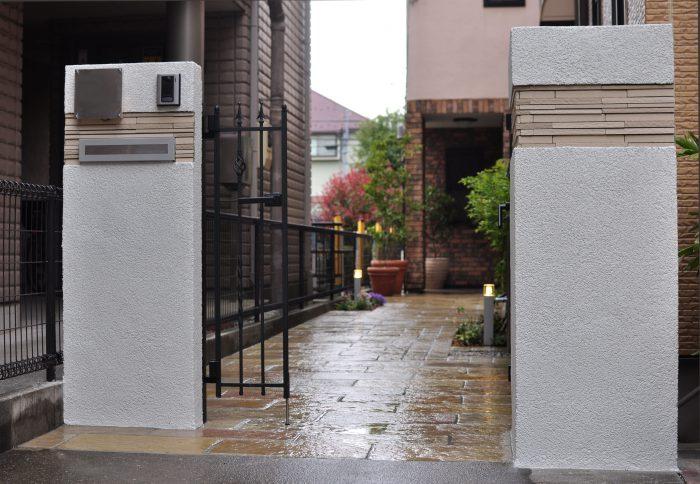白壁とタイルの門塀
