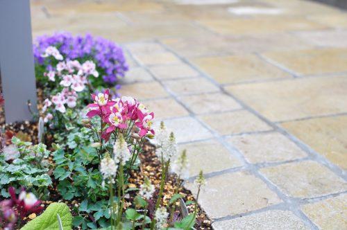 石貼りと植栽エリア