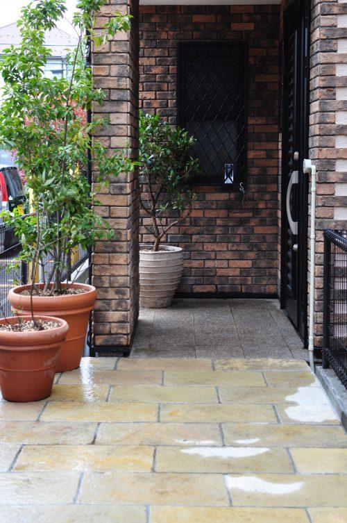 石貼りアプローチとテラコッタ植栽